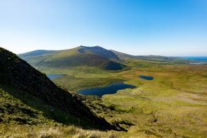 uitzicht vanaf de Connor Pass wandelroute Ierland Dingle Way